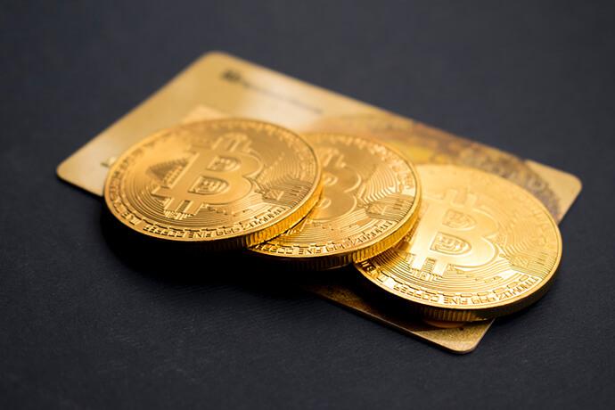 金條的定義是什麼?黃金條塊簡稱金條,在金條買賣市場,一般來說分成兩種:國際通行規格第一種是國際通行規格,以盎司計重,有一定規格,經由國際上較具公信力的品牌委託經由倫敦黃金協會認證鑄造廠所鑄造的純金金條,此種金條世界通行,流通性極高。以台兩計重:第二種以台兩計重,國內民間煉金廠回收舊金飾自行提煉所鑄造發行的純金9999金...