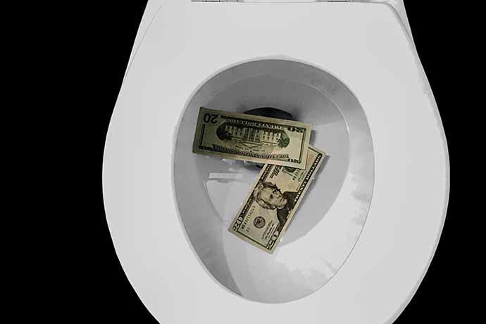 隨著新冠肺炎(COVID-19)疫情的影響下,推升國際黃金價格,儘管目前國際黃金價格多有波動,銀樓業者的黃金牌價也水漲船高,目前銀樓黃金一錢賣出價格大約是新台幣6100~6300元之間;買入價格大約是5500~5700元之間。但是銀樓業者預估,今年底前黃金價格每錢會上看6300元~元之間。那麼,現在坊間銀樓黃金一分多...