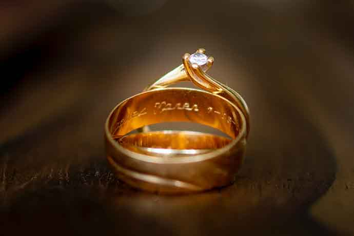 黃金,是目前最受歡迎的貴金屬,在傳統社會習俗中,常被視為貴氣的象徵;在投資市場中又有著避險、保值等特性,除了上述提及的特點,黃金也因為其變現快速的特點,深受大家喜愛。日常生活中,如果碰上急需用錢的情況,此時手頭上有黃金就非常方便,不論是拿去銀樓或是當舖黃金變賣,都能馬上獲取一筆資金。然而,不是大家都有買賣黃金的經驗,以…