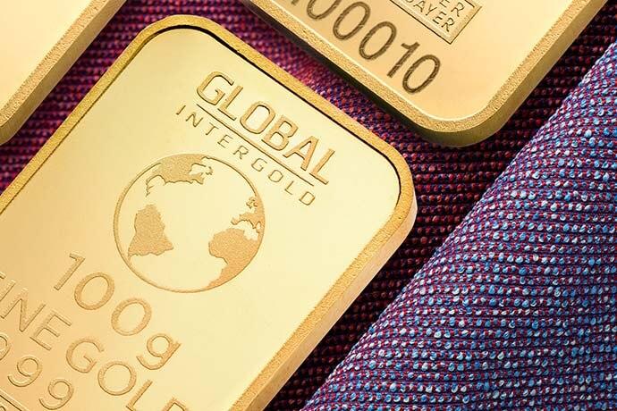 近日黃金價格不斷的攀升,一般民眾該如何因應這波漲勢呢?專業人士指出,建議採取逢低買進的交易方式並應中長期持有。從黃金種類來看,首飾有加工費和設計費等,如果想投資,可購買黃金條塊,因爲黃金條塊交易是沒有加工費和設計費的產生,另外還可以透過投資黃金種類相關各股、購買黃金基金等方式獲取回報。另一方面,全球目前處於低利率的貨…